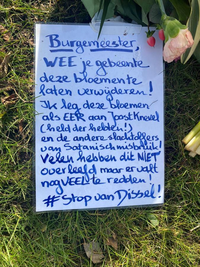 Een kaartje waarmee de burgemeester wordt bedreigd.