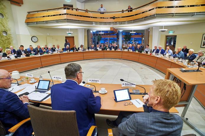 De eerste gecombineerde vergadering van Uden en Landerd over de nieuwe gemeente Maashorst in de raadszaal in Uden.