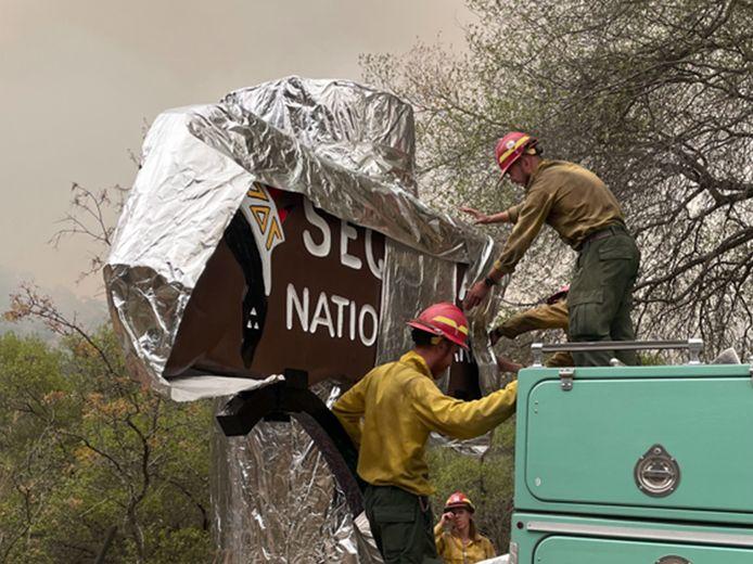 Brandweerlieden pakken alles dat brandbaar is van te voren in, zoals dit bord in Sequoia National Park.