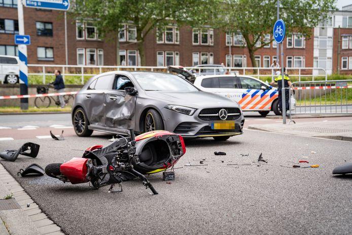 Zowel de auto als de scooter raakten flink beschadigd bij het ongeluk.