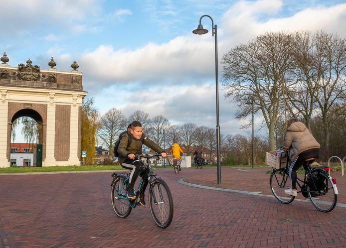 Nieuwe lantaarn bij de Koepoort. Straks op afstand zo in te stellen dat je niet in het donker de Veste in wandelt of fietst. foto Dirk-Jan Gjeltema