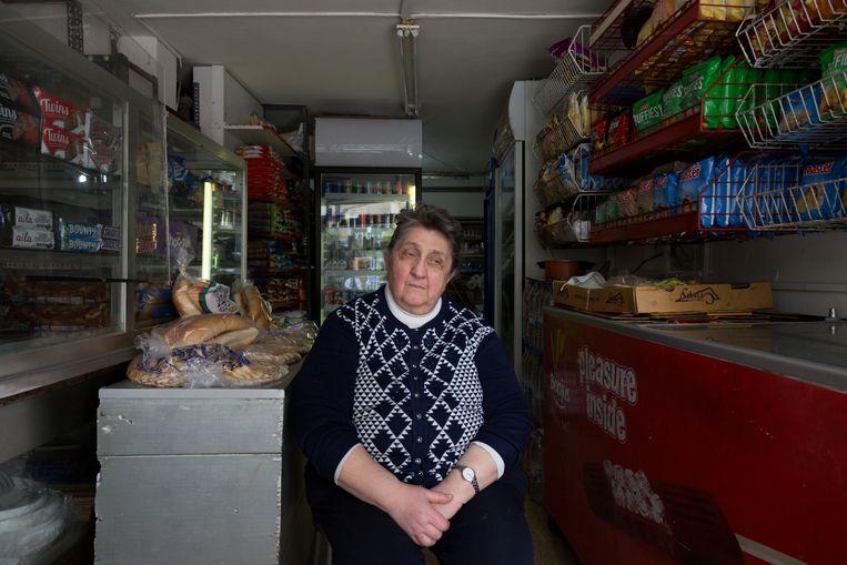 Siham Tekian in haar supermarktje in Beiroet. Een deel van de winkel staat leeg, omdat ze geen nieuwe producten kan kopen. Beeld Dalia Khamissy