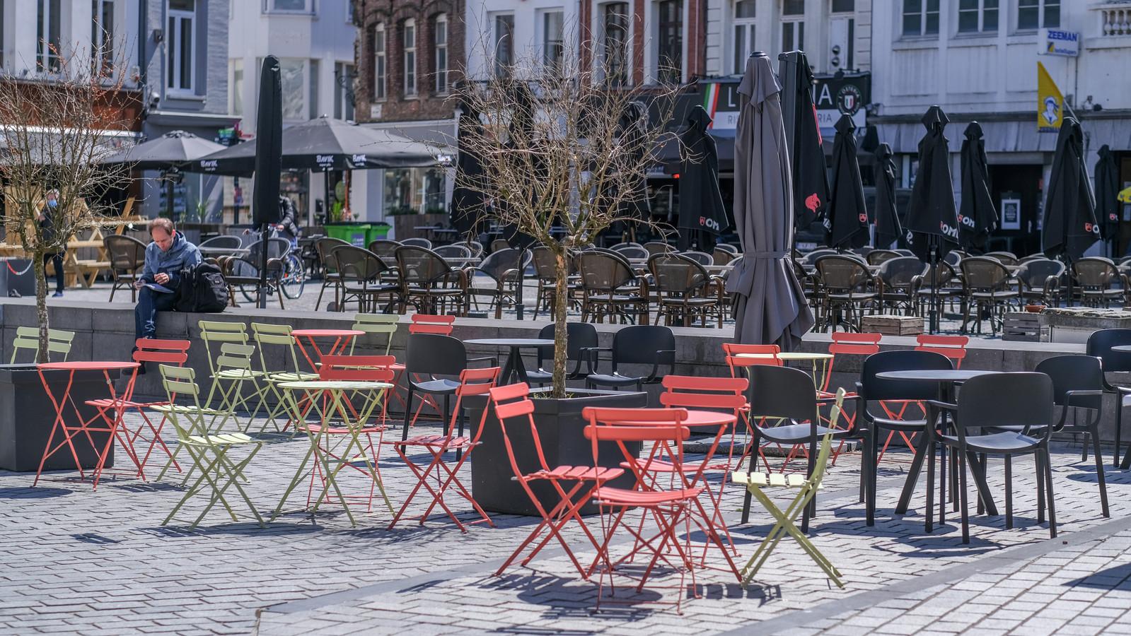 De terrassen staan stilaan klaar, op de Grote Markt in Kortrijk