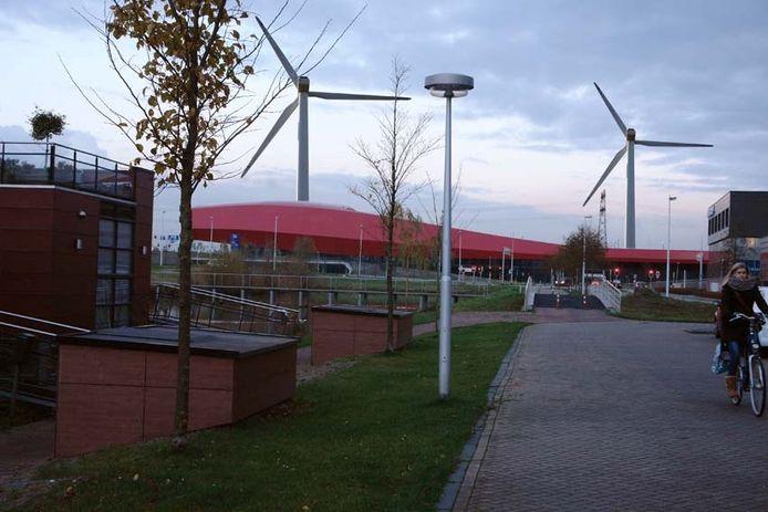 Impressie uit 2013 van Buren van Lage Weide over windmolens op het industrieterrein.
