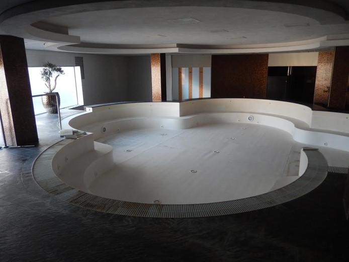Het zwembad van het voormalige fitnesscentrum.