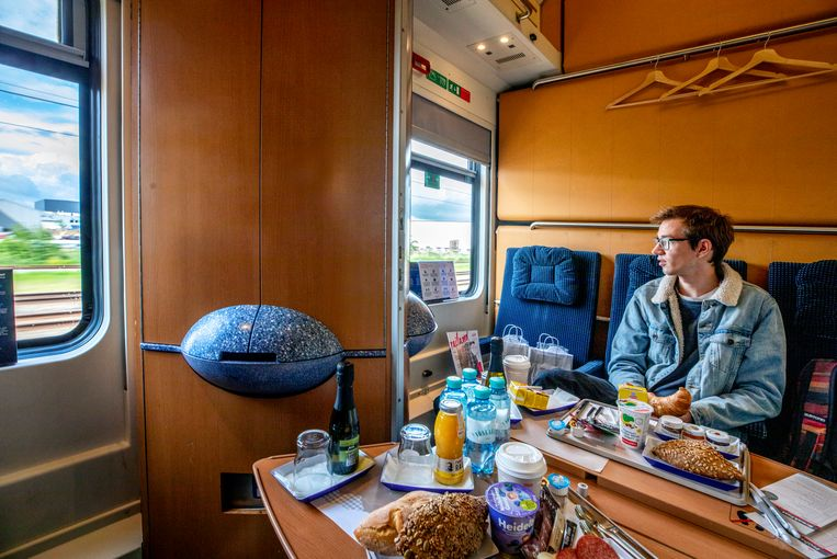 Philip Kastberger (20) in de coupé van de Nightjet. Beeld Raymond Rutting / de Volkskrant
