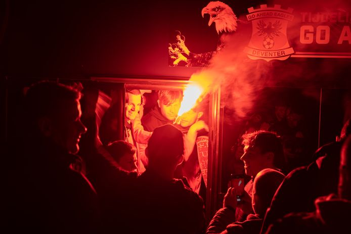 Ook bij het onthaal van de spelersbus werd er veel vuurwerk in de kleuren van de club ontstoken.