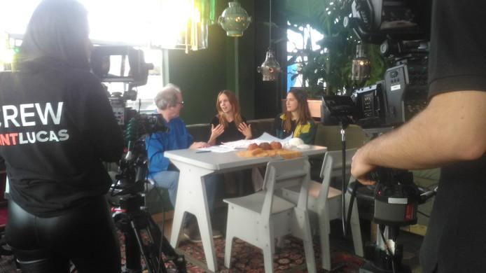 DDW talkshow Rob Schoonen interviewt bij Piet Hein Eek designers Alissa van Asseldonk en Tamar Yogev. AV-studenten van SintLucas leggen het vast.