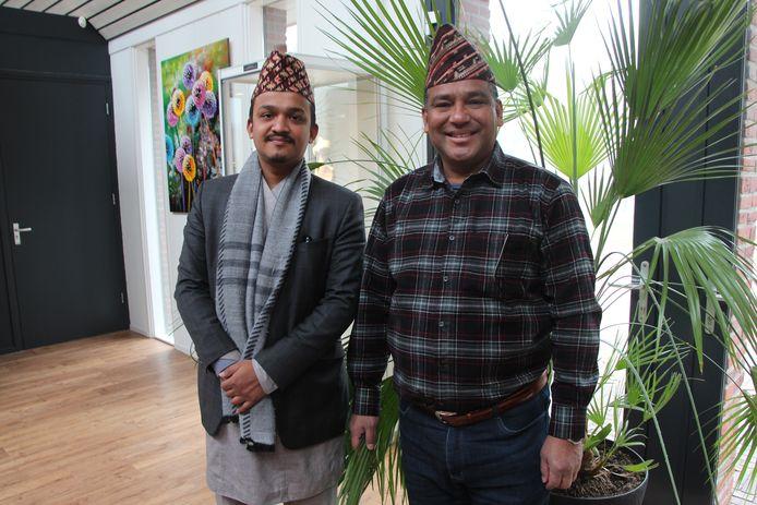 Zilversmid Dambar Bishwokarma (r) en zijn zoon Jos Cherek Bishwokarma uit Nepal zijn momenteel te gast in Nederland.