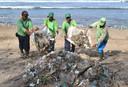 Afvalverzamelaars op Kuta Beach