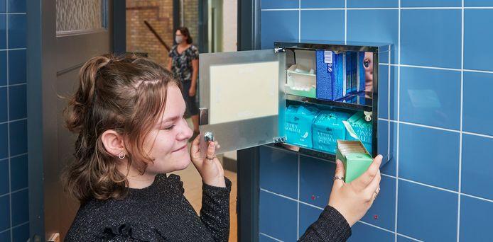 Mede-initiatiefnemer Yente Verweij bij het kastje met menstruatiemateriaal in het damestoilet van Gymnasium Bernrode.