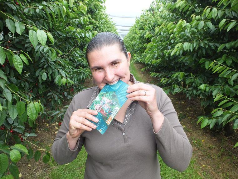 CD&V-fractieleidster Sofie Cocquyt neemt een hap uit haar eigen flyer.