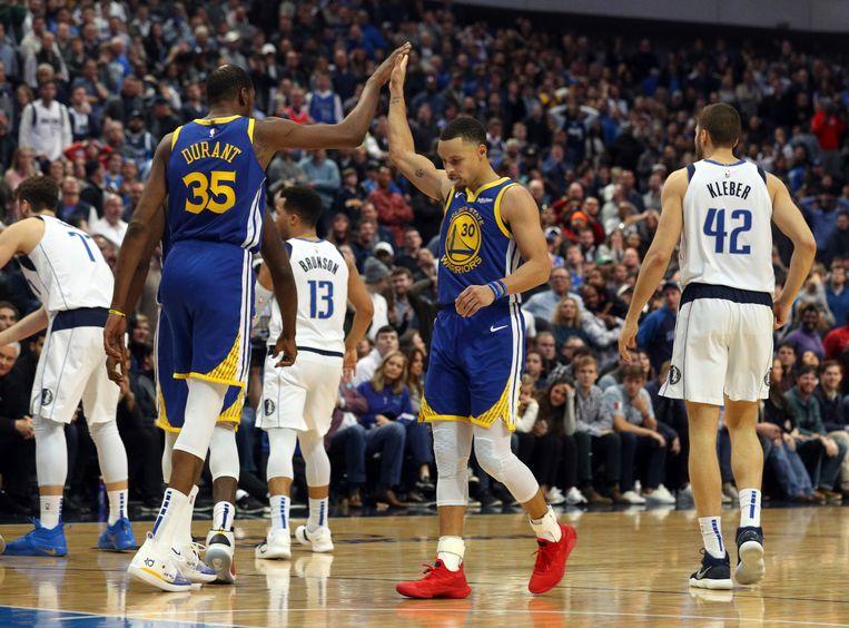 Kevin Durant met een high-five voor Curry.