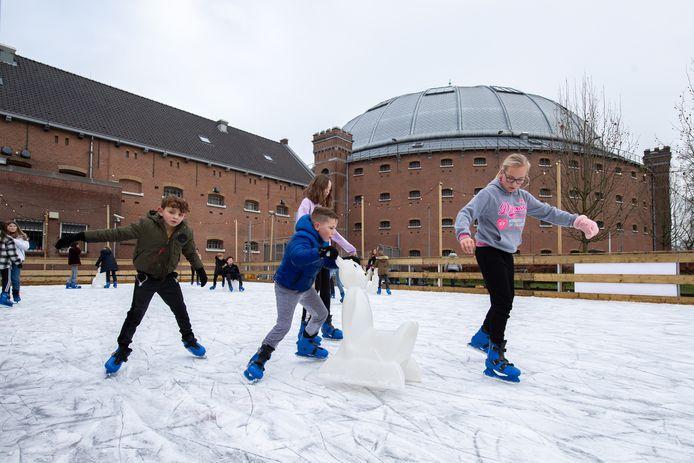 De jeugd tot 17 jaar kan deze vakantie gratis schaatsen op de ijsbaan op het binnenterrein van voormalige gevangenis De Koepel in Breda.