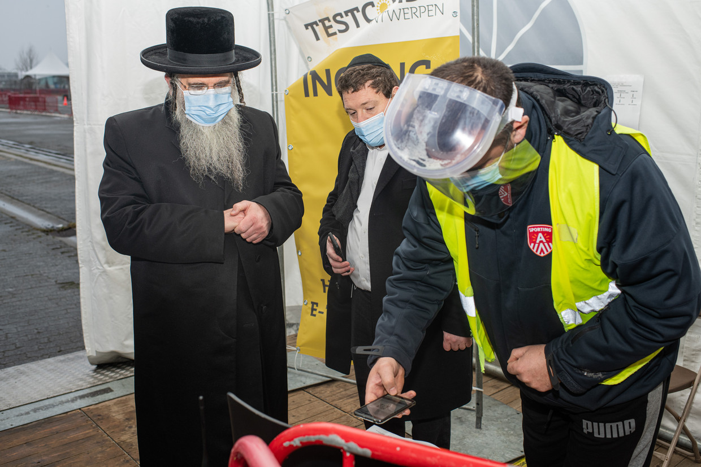 Opperrabbijn Aaron Schiff in het Covid-19-testdorp in Antwerpen. Hij liet zich deze week testen in het gezelschap van burgemeester Bart De Wever (N-VA) na de vele kritiek op zijn gemeenschap.  Beeld BELGA