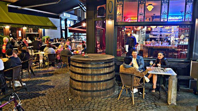 Door de aangename temperatuur zaten veel gasten van café Pelikaan zaterdagavond toch buiten.