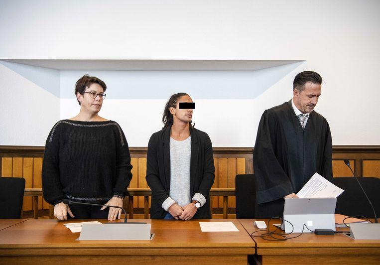 Tolk Svenja Bossmann, Madiea G. en advocaat Norman Werner voorafgaand aan de uitspraak in de zaak tegen Madiea G. Beeld ANP