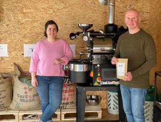 """Bredenaars Thijs en Ilse hebben hun garage omgebouwd tot koffiebranderij: """"Je proeft een enorm verschil met goedkope merken uit de supermarkt"""""""