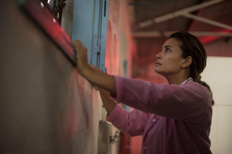 De Tunesische Noura (Hend Sabri) droomt van een ander leven Beeld