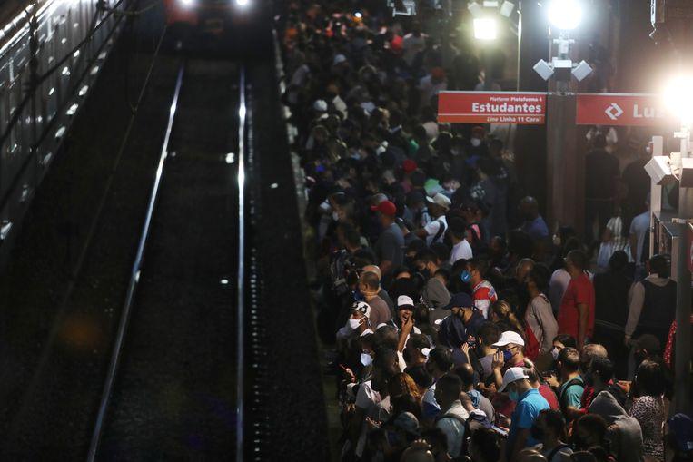 Terwijl het coronavirus in al zijn varianten vrij rondwaart, hebben duizenden pendelaars in Sao Paulo elke dag weinig andere keuze dan de metro te nemen om te gaan werken. Beeld REUTERS