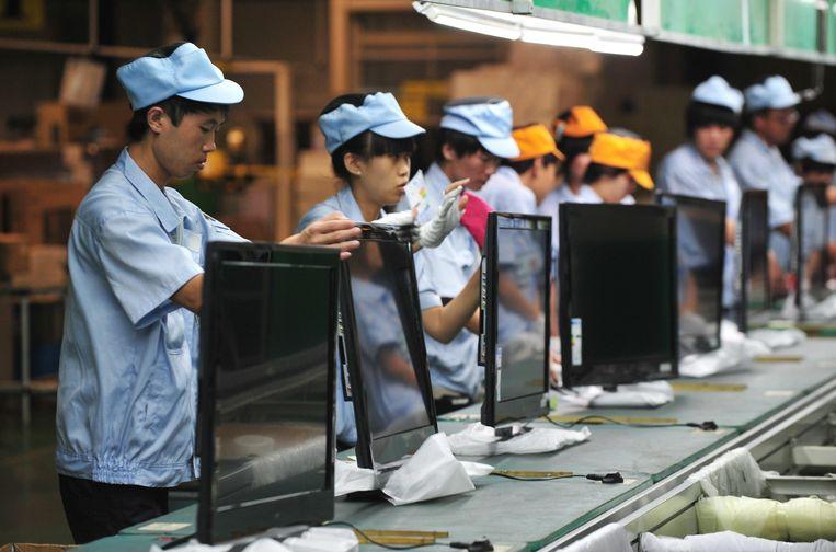 Chinese arbeiders in een fabriek in Shenyang, in de provincie Liaoning.  Beeld EPA