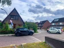 Botsing in Apeldoorn: twee gewonden, lantaarnpaal staat scheef