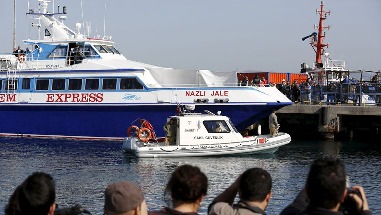 Vandaag is de eerste boot met vluchtelingen aangekomen in de Turkse kuststad Dikili. Beeld REUTERS