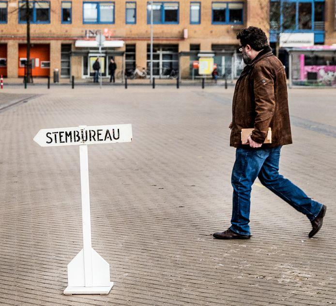 Een man is onderweg naar het stemlokaal in het Stadhuis van Apeldoorn. Foto archief