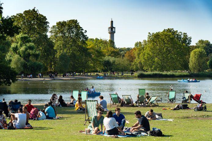 Archiefbeeld: mensen genieten van het mooie weer in Regent's Park in Londen.
