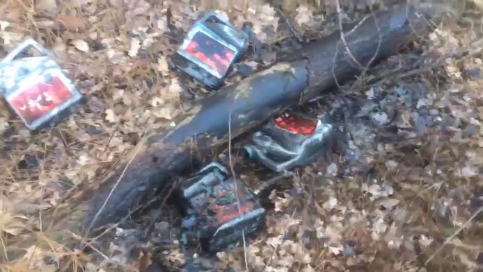 Ook boomstammen zaten onder de olie.