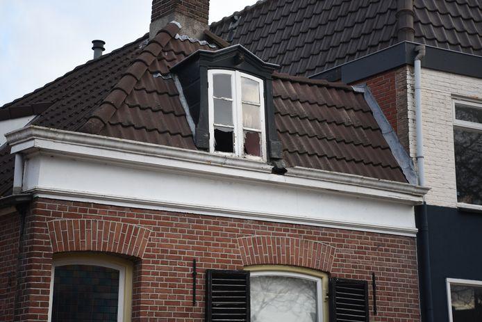 De ramen werden uit de woning geknald