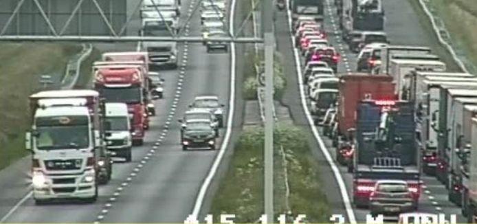 File op de A15 door een ongeluk met een vrachtwagen.