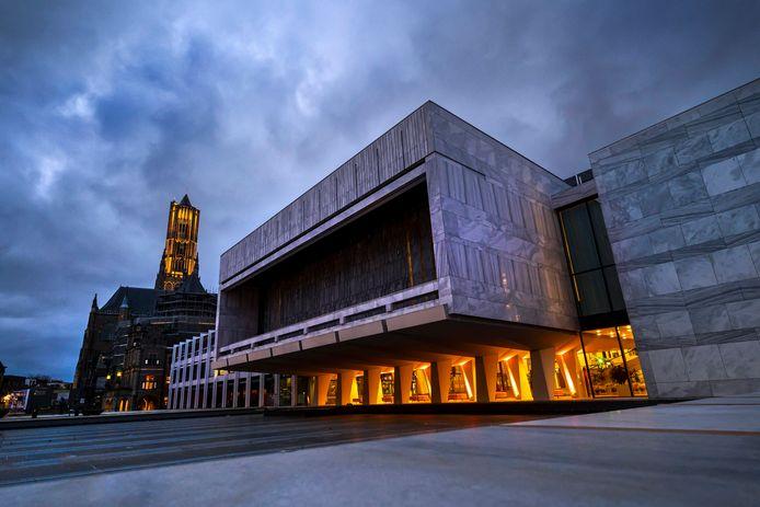 Het stadhuis in Arnhem. Op de voorgrond de vergaderzaal van de gemeenteraad.