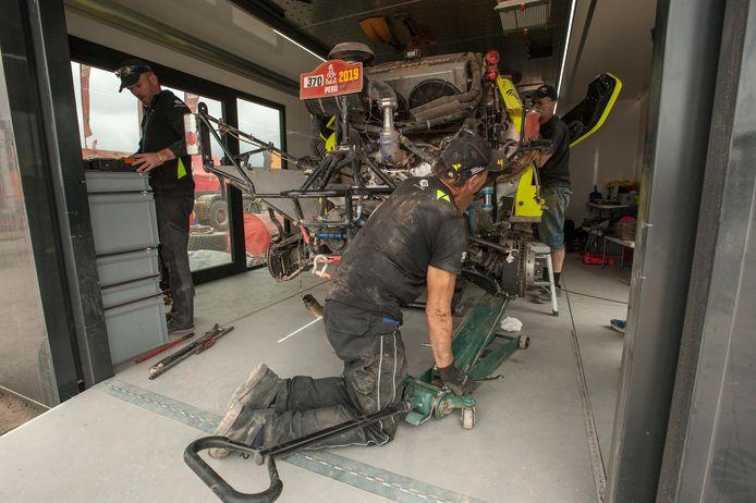 Een monteur aan het werk aan de auto van de Nederlanders Michiel Becx en Edwin Kuijpers tijdens de rustdag in Peru tijdens de Dakar Rally 2019.