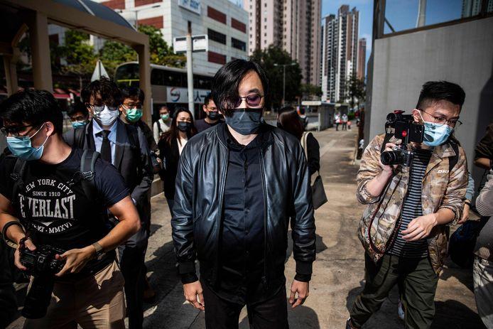 Een activist komt toe aan het politiekantoor