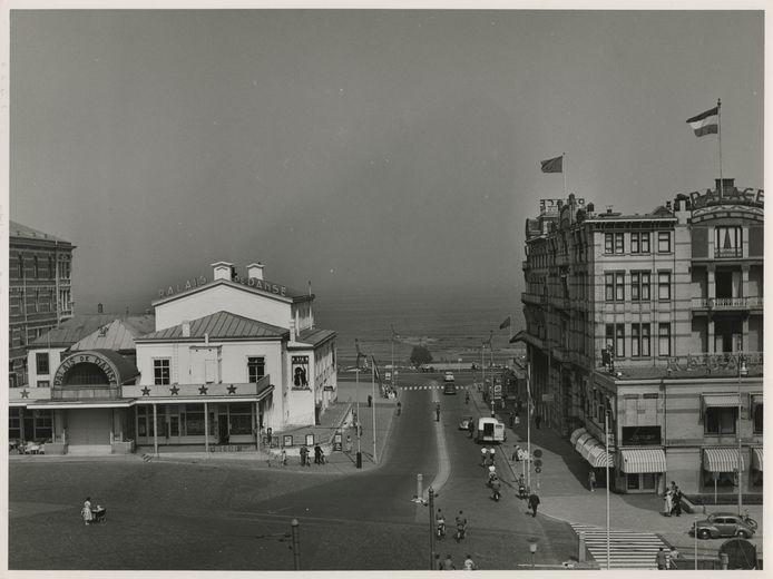 De Palacestraat in 1955. Met links, naast Palais de Danse, de souvenirwinkel van Sinnema, en rechts het Palacehotel. Allemaal gesloopt.