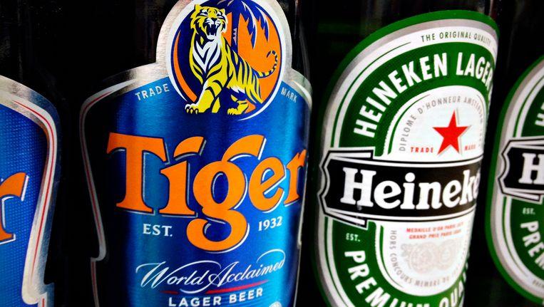 Flesjes Tiger- en Heinekenbier bij een kruidenier in Singapore. Beeld REUTERS