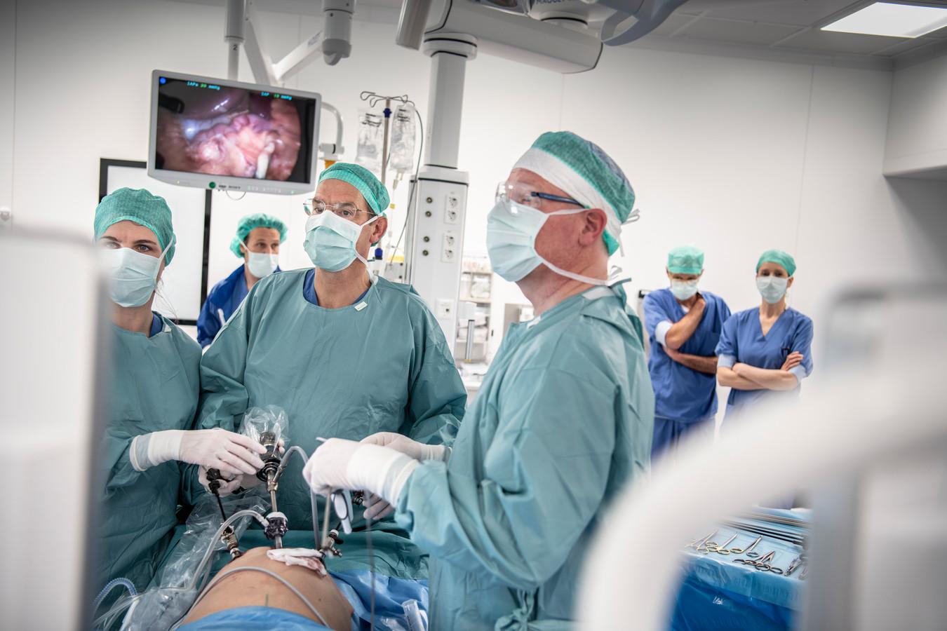 Operatie in het Máxima Medisch Centrum in Veldhoven. In de strijd tegen kanker worden grote stappen gezet.