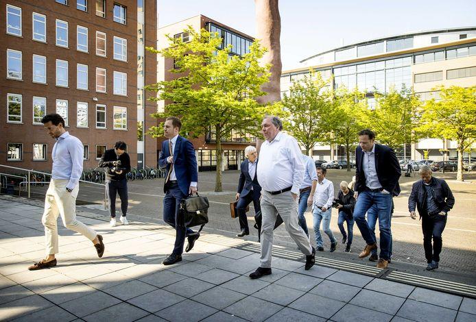 Hans Martijn Ostendorp (met wit overhemd), algemeen directeur van De Graafschap, arriveert voor de behandeling van het kort geding bij de rechtbank in Utrecht.