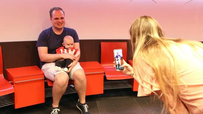 PSV legt seizoenskaarthouders van de toekomst in de watten, jaarlijkse Phoxy Babyfoto in Philips Stadion