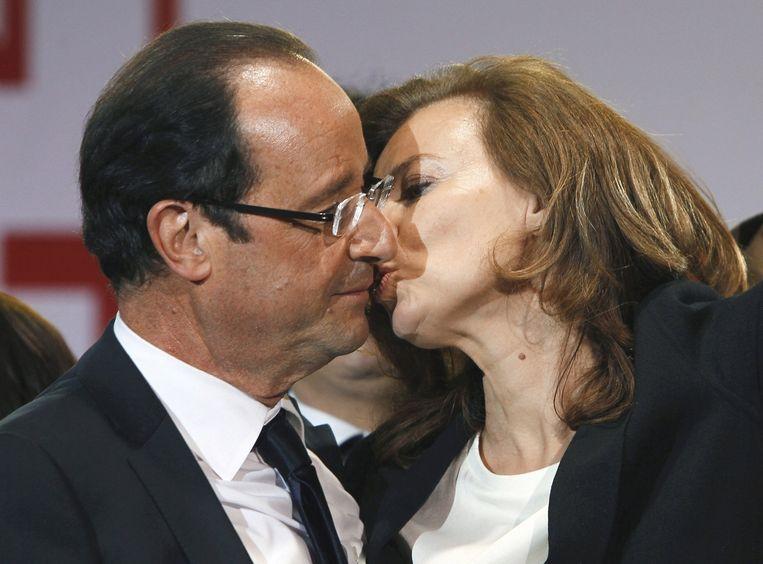 Frans president Francois Hollande kust zijn voormalige gezellin Valerie Trierweiler. Beeld ap