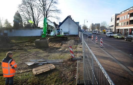 Nadat de gemeente het terrein aan de Hoogstraat aankocht, maakte ze er een parkeerterrein van.