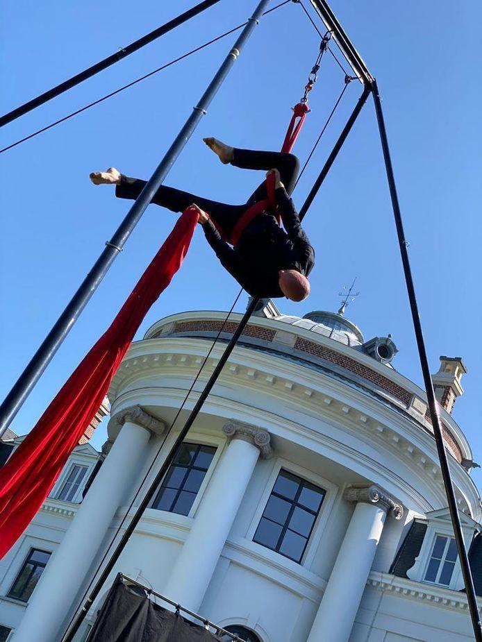 Het voorbije weekend konden bezoekers van het Blauwhuispark al genieten van een acrobatenact op het domein. De vzw Cultus belooft nog veel meer mooie culturele kruisbestuivingen.