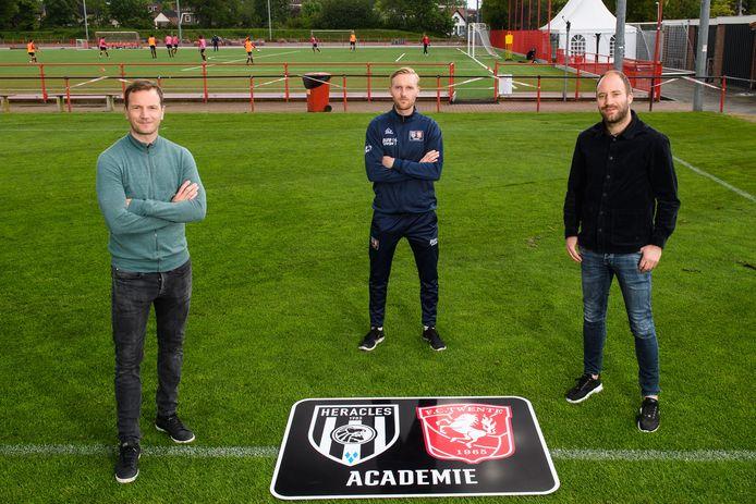 Arnold Bruggink,  Matthijs Blijham en Dominique Scholten van de FC Twente/Heracles Academie. Zij trekken de regio in naar amateurclubs om het achterland warm te maken voor de nieuwe plannen.
