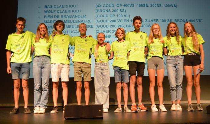 De kampioenen van de Izegemse Krekel Zwemmers werden in de bloemetjes gezet.