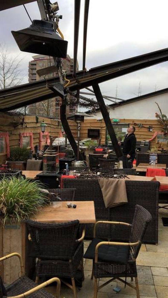 Flinke stormschade aan de serre bij Brasserie Ludiek te Veldhoven.