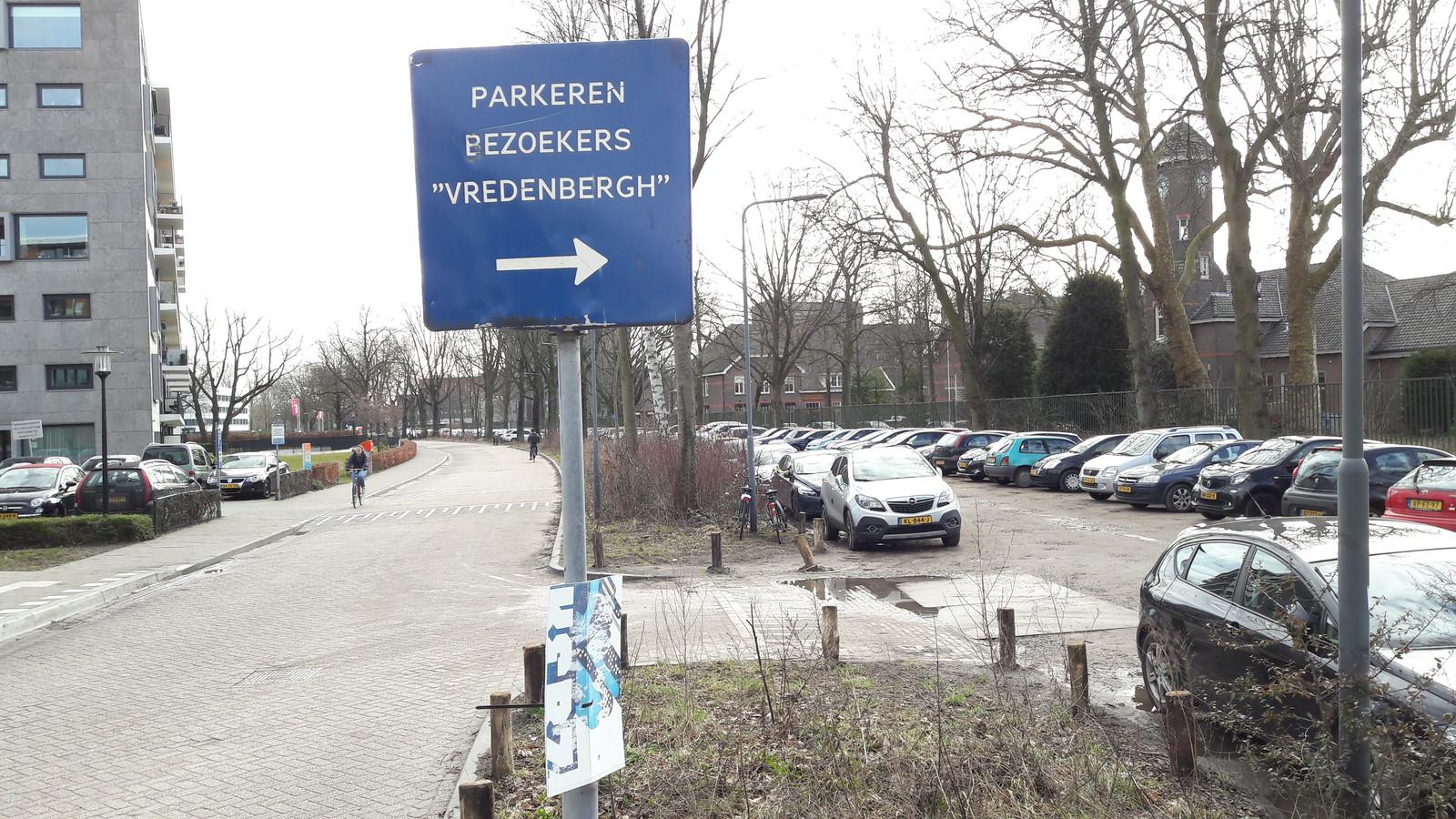 De Lovensdijkstraat in Breda met rechts de parkeerstrook die park wordt.