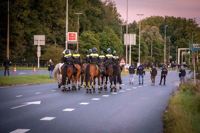 De mobiele eenheid en politie te paard moesten voor rust zorgen na de wedstrijd Vitesse-Feyenoord.
