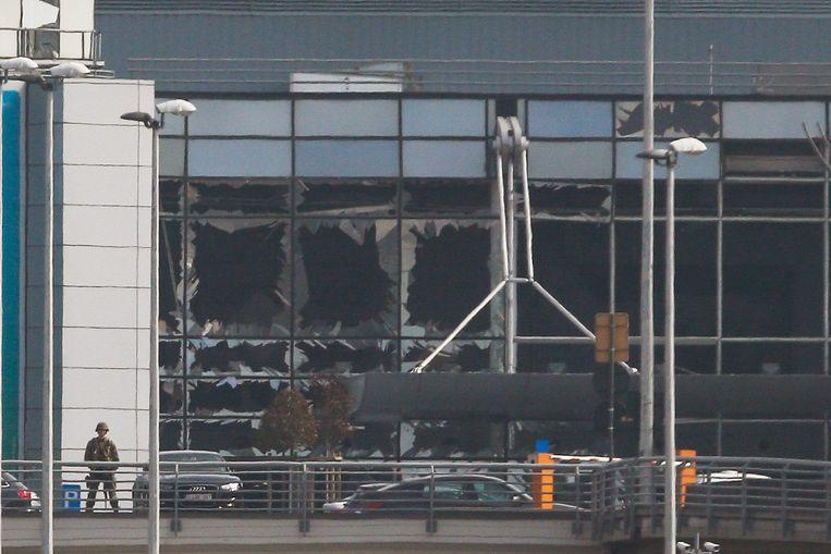 De inkomhal van Brussels Airport werd zwaar beschadigd door de explosies. Beeld EPA
