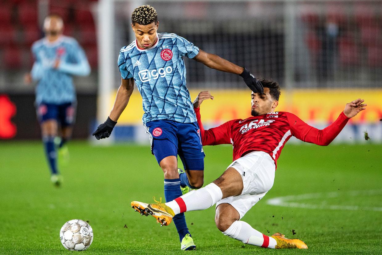 Owen Wijndal van AZ pikt de bal af van David Neres (Ajax). Beeld Guus Dubbelman / de Volkskrant